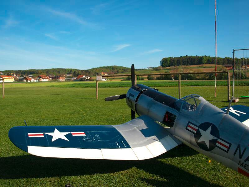 Flugzeug am Modellflugplatz